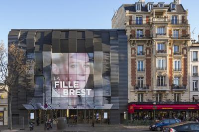 """La bâtiment insère une façade plissée """"communicante"""" dans le tissu existant, en lieu et place de l'ancien immeuble."""