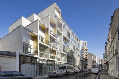 Vue de l'immeuble de logements depuis la rue Riquet à Paris