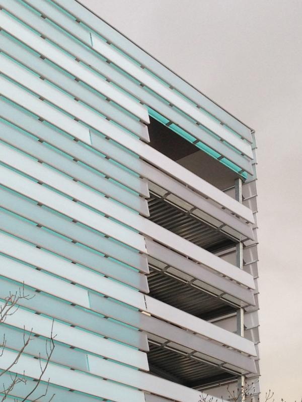 Balcon intégré dans le calepinage des panneaux de bardage.