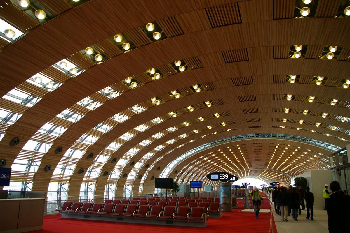 Vue des salles d'embarquement de l'aéroport Roissy–Charles de Gaulle