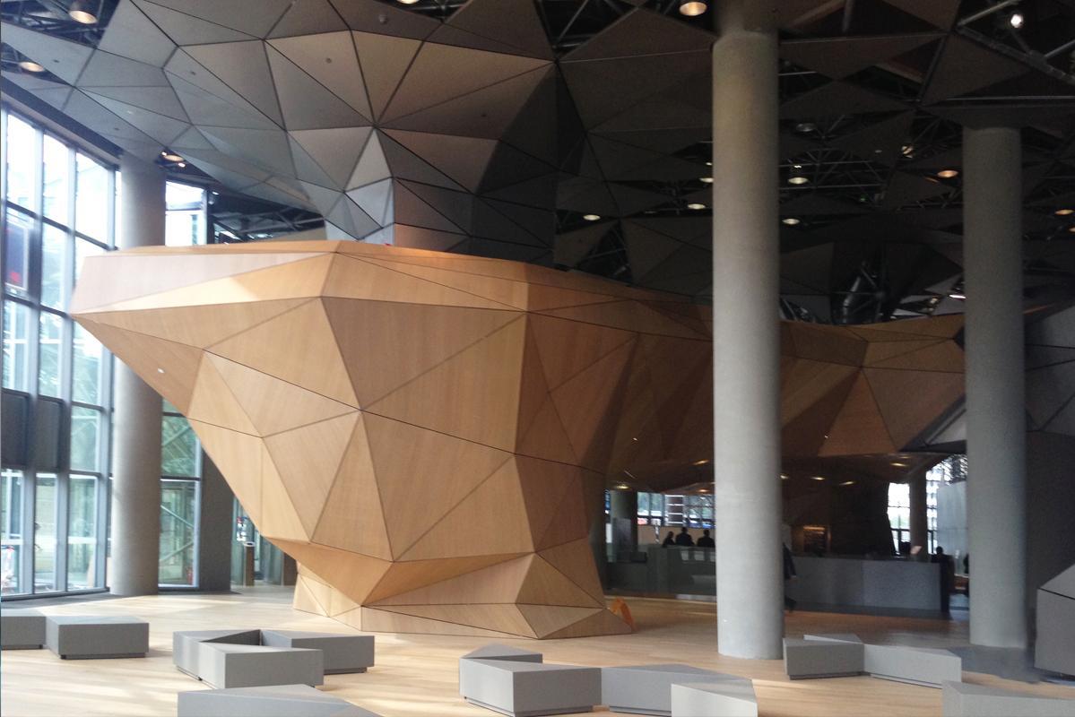 Vue intérieure du lobby d'entrée de la Tour Total à la Défense