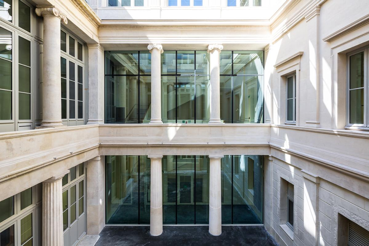 Façade du patio du Palais de Justice de Marseille.