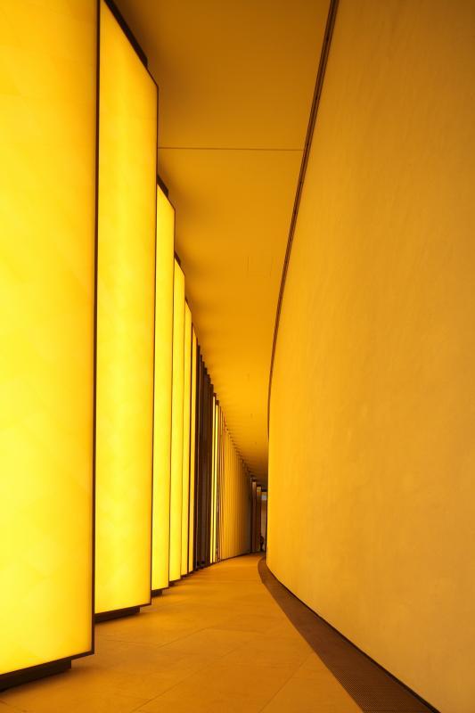 L'arrière des colonnes éclaire en jaune la coursive du Grotto.