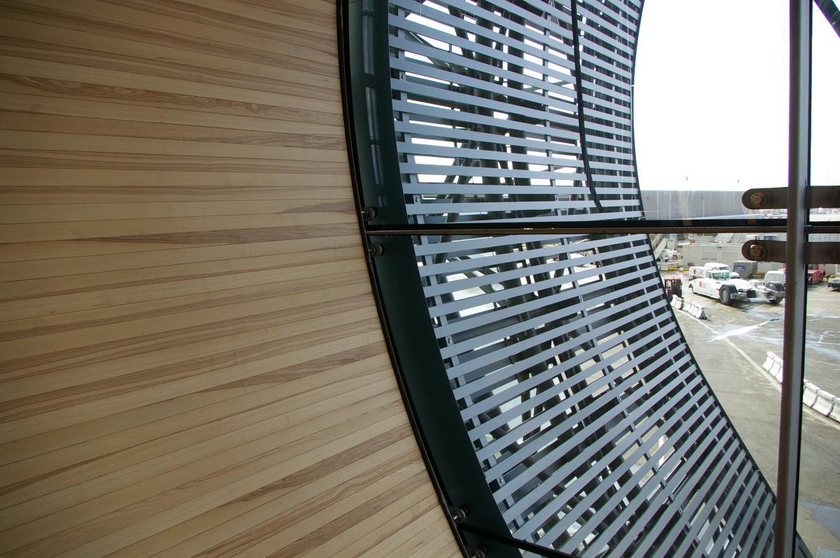 Façade vitrée à l'extrémité du terminal.