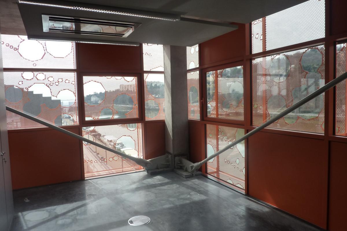 Vue intérieure de la façade mur rideau.