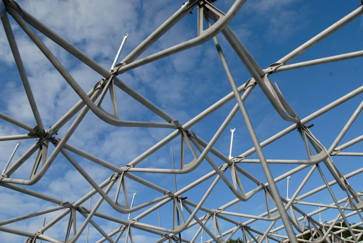 La structure avec les bielles de support des câbles en attente.