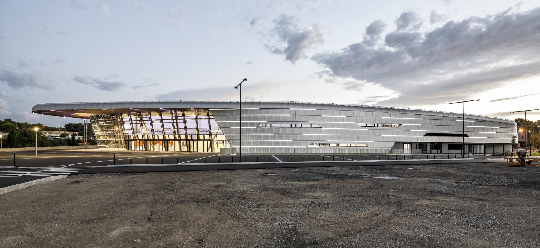 Vue panoramique de la salle omnisports Azur Arena à Antibes.