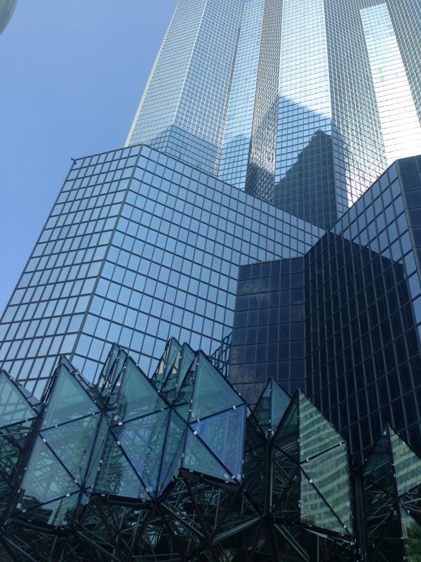 La marquise vitrée répond à la géométrie existante de la tour.