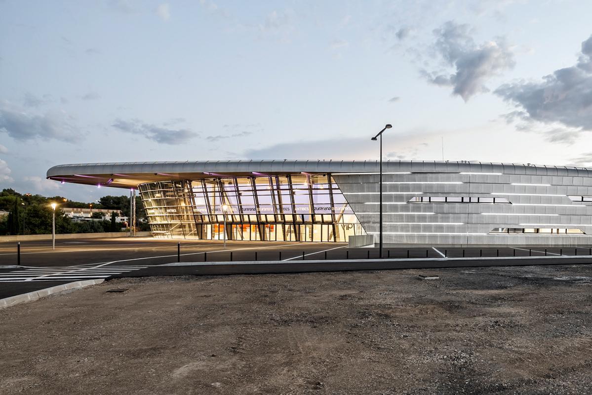 Vue extérieure de la salle omnisports Azur Arena à Antibes.