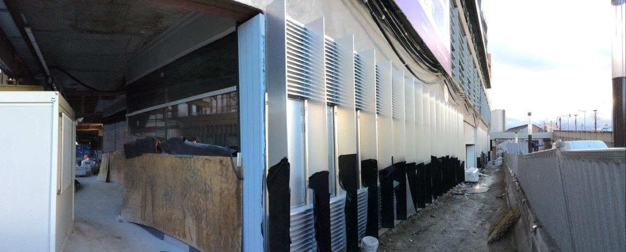 Les premiers modules de façades sont en cours de pose.