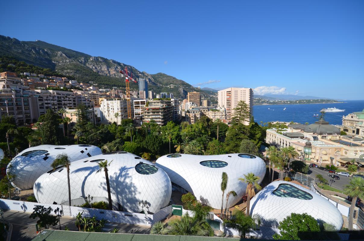 Les 5 pavillons temporaires dans le jardin des Boulingrins à Monaco.