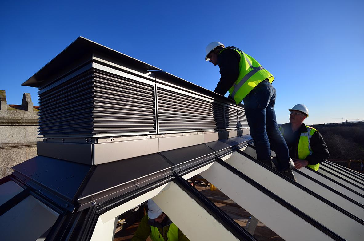 Faîtage ventilé de la verrière en cours de finition.