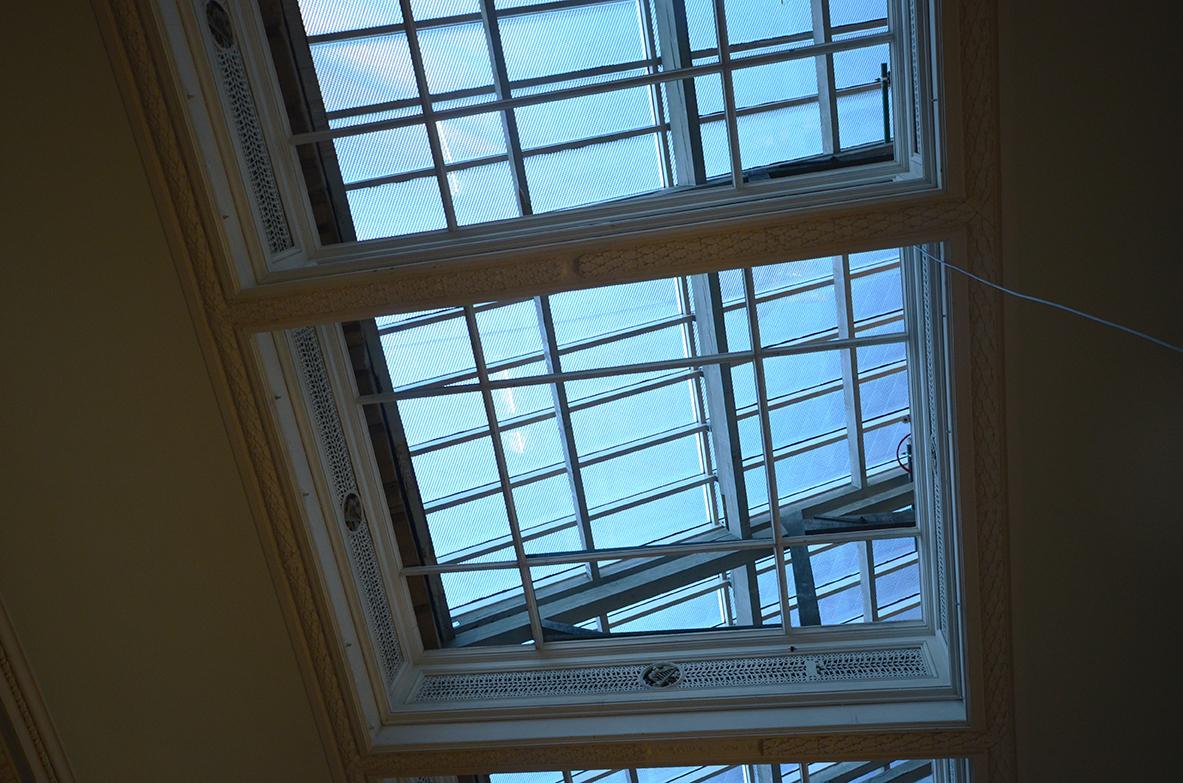 La verrière vue de l'intérieur de la galerie de peintures, avant pose du plafond vitré.