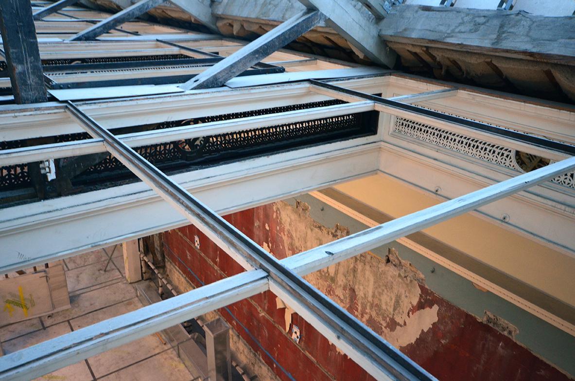 Les ossatures de supports du plafond mises à nues.