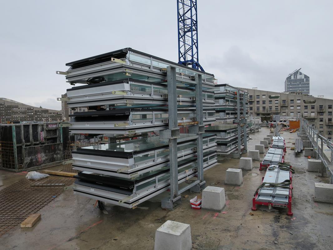 Stockage des blocs de façade en terrasse.