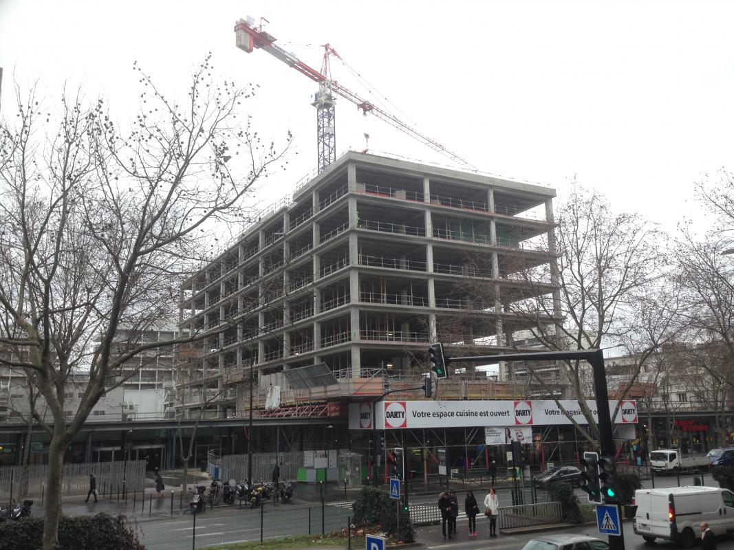 L'immeuble débarrassé des épines en béton.