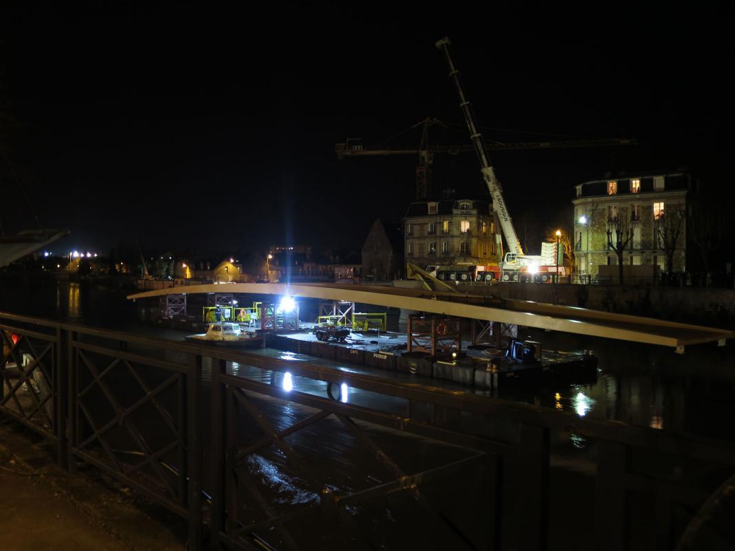 Hissage nocturne de la passerelle de Soissons