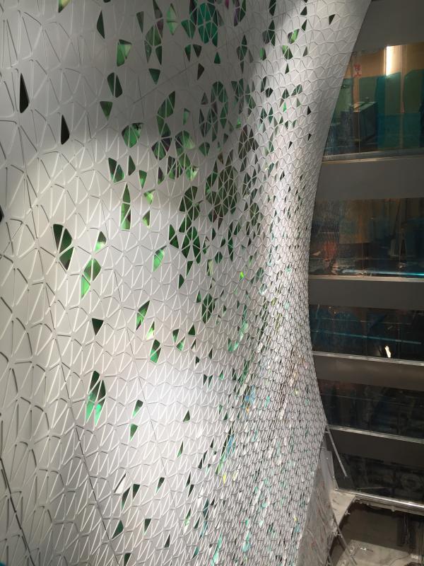 Habillage de la trémie du grand magasin du boulevard Haussmann abritant le nouveau magasin Printemps Homme.