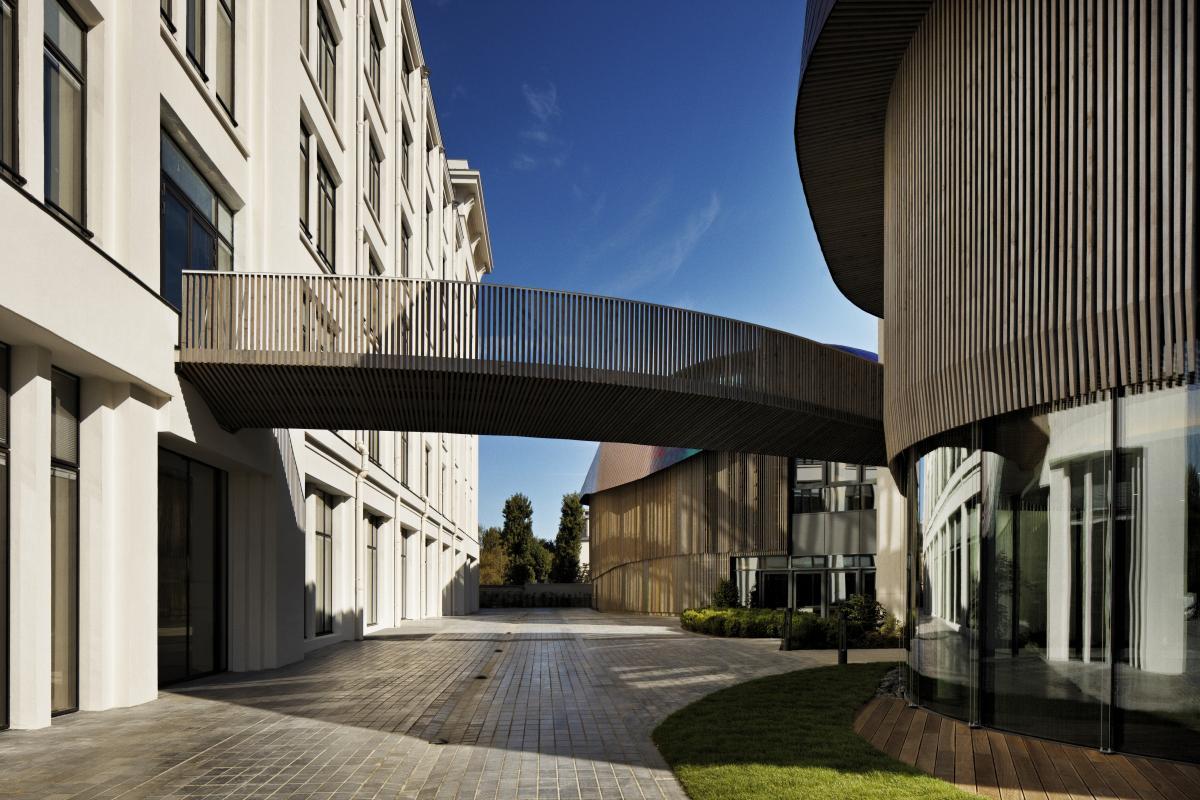 La passerelle relie les 2 bâtiments, côté bois.