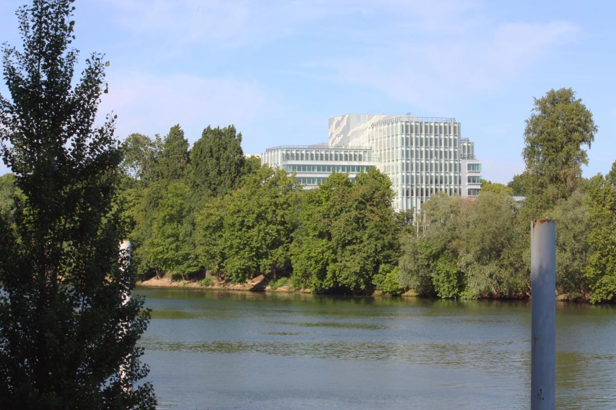 Le bâtiment dans le cadre verdoyant de l'île de la Jatte, sur les rives de la Seine.