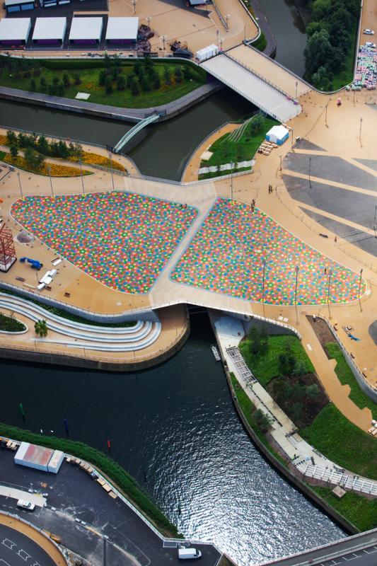 Vue aérienne du parc olympique, du stade et de la passerelle durant les Jeux.