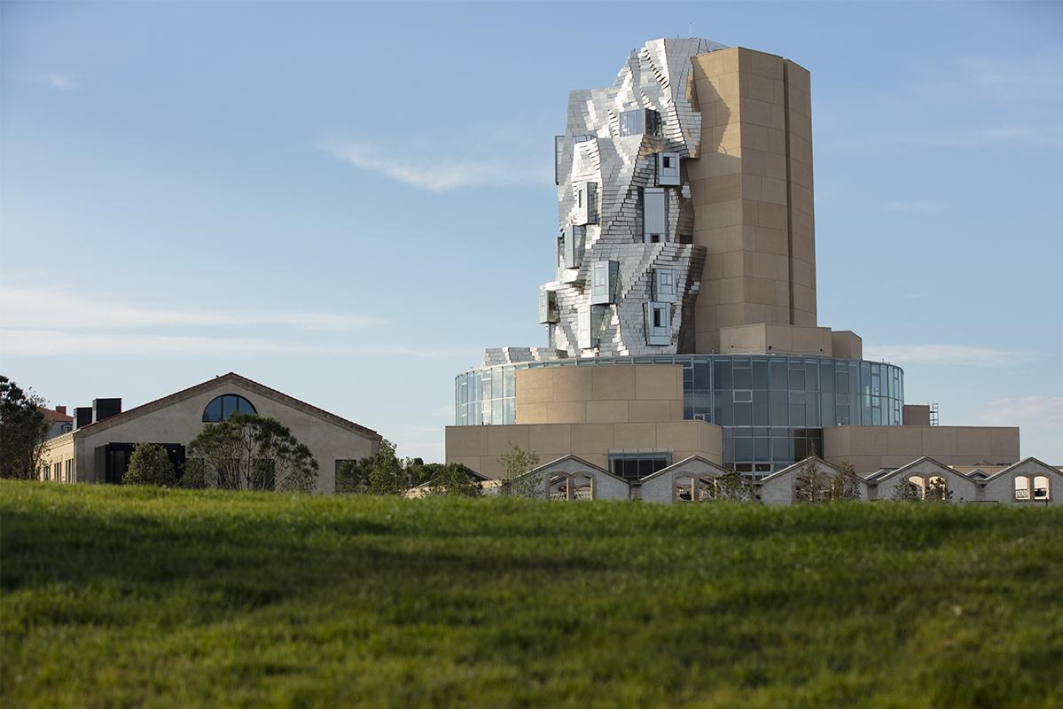 Vue extérieure de La Tour imaginée par Frank Gehry, janvier 2021. LUMA Arles, Parc des Ateliers, Arles (France)
