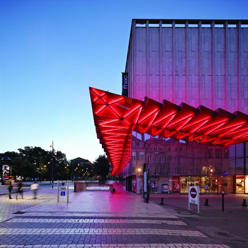La marquise est éclairé en rouge durant la nuit.