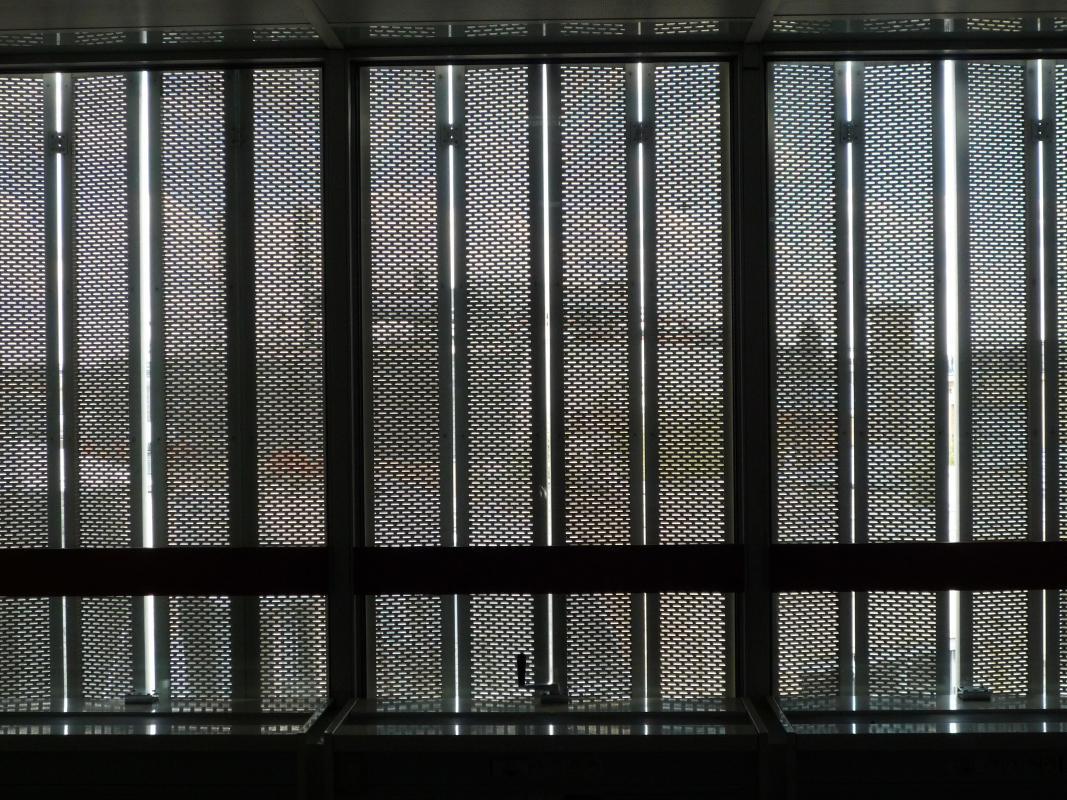 Les volets fermés, vus de l'intérieur du bâtiment.