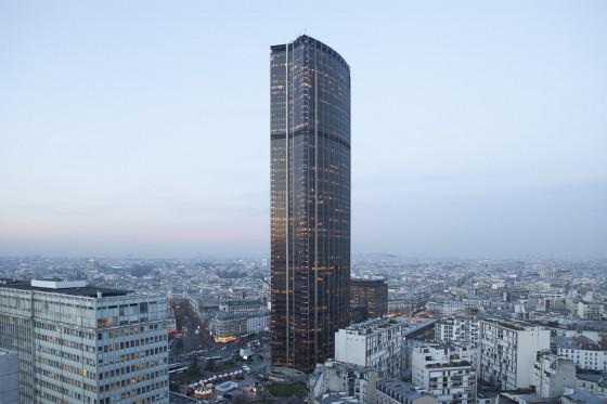 La tour existante, monolithe noir, a été construite en 1973.