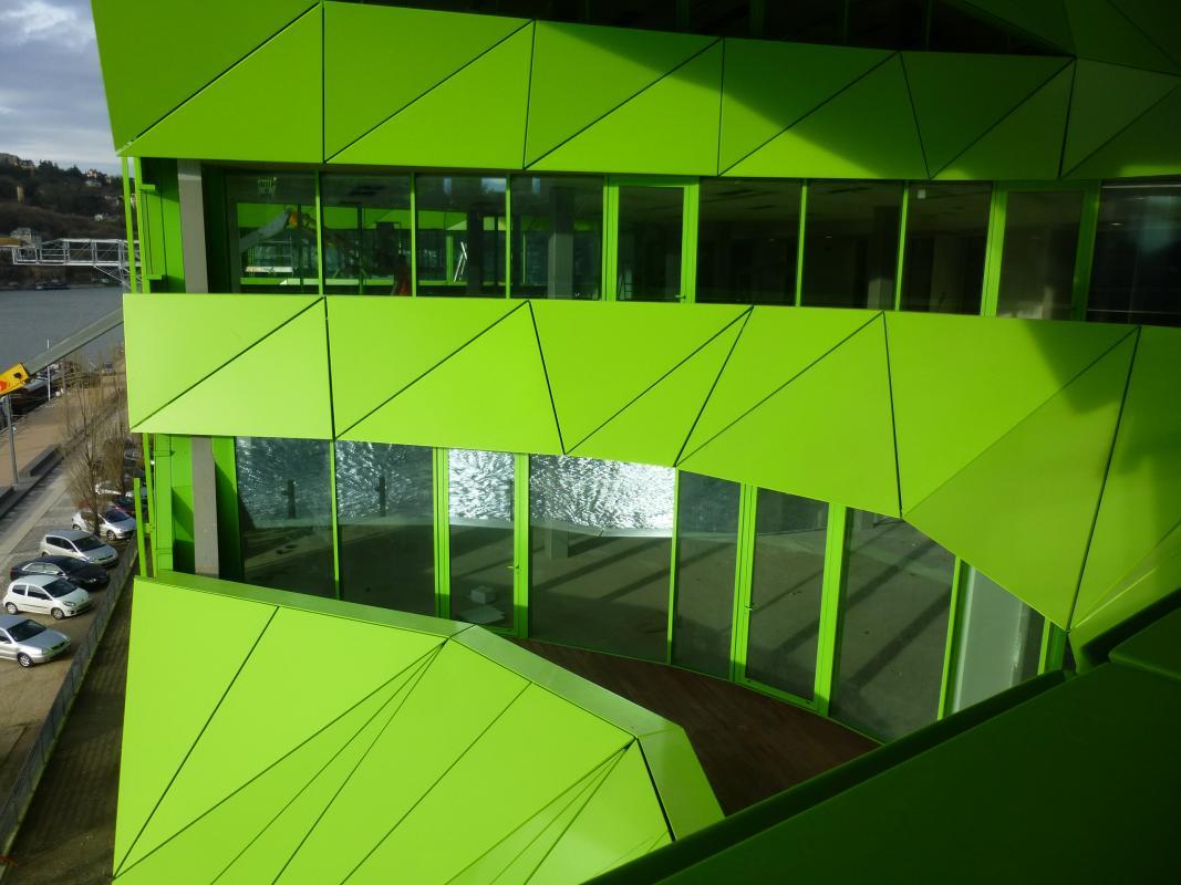 Reflet de la Saône dans les façades vitrées des terrasses des cônes.