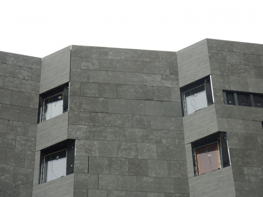 Bardage en pierre de la façade du bâtiment.
