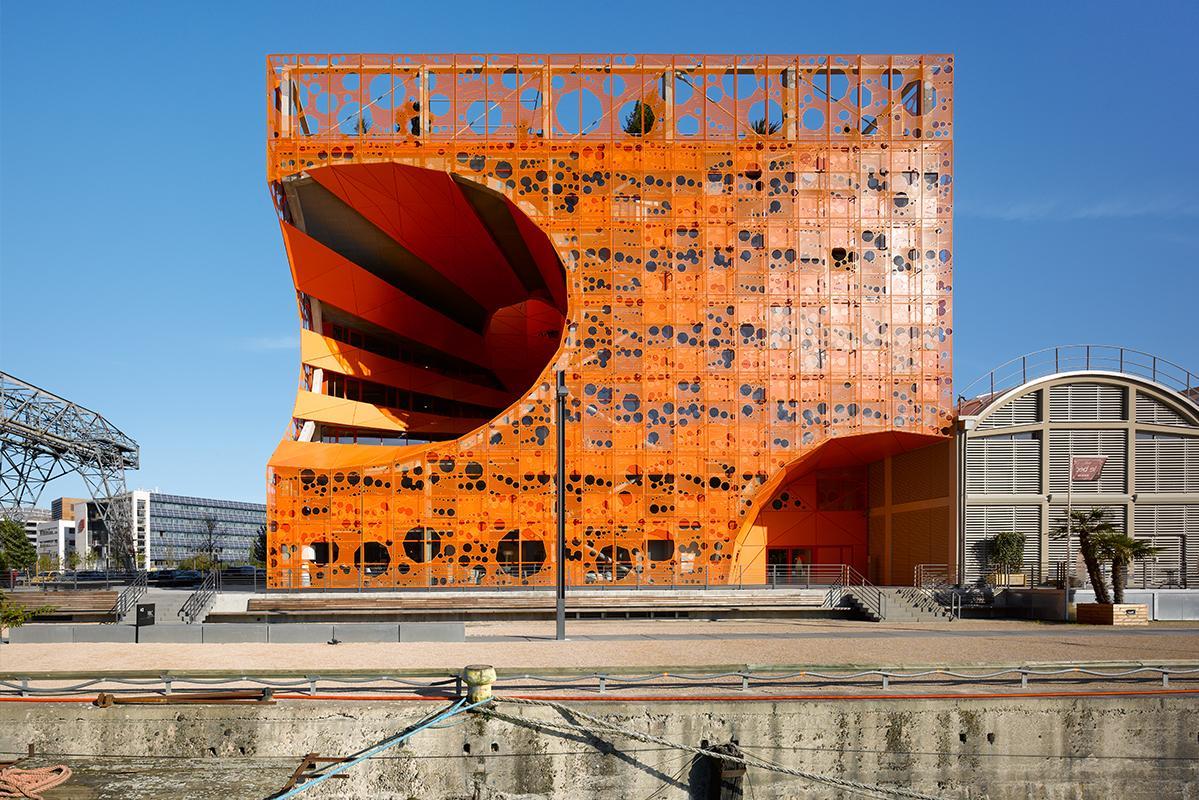 Le cube orange.