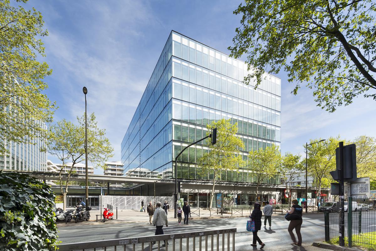 Le nouveau bâtiment est très largement vitré. Il permet d'ouvrir généreusement les plateaux de bureaux sur l'extérieur.