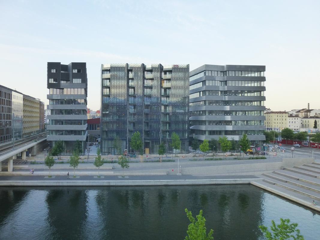 Les 3 bâtiments donne sur les quais de Saône.