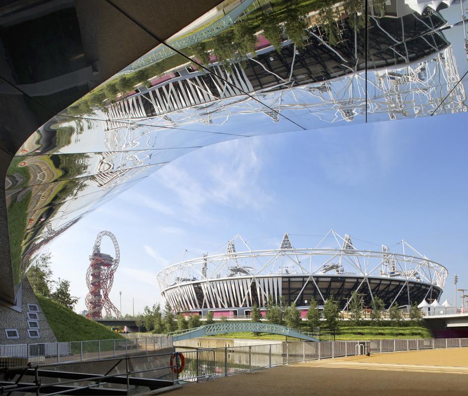 La sous face reflète le stade olympique et le canal.