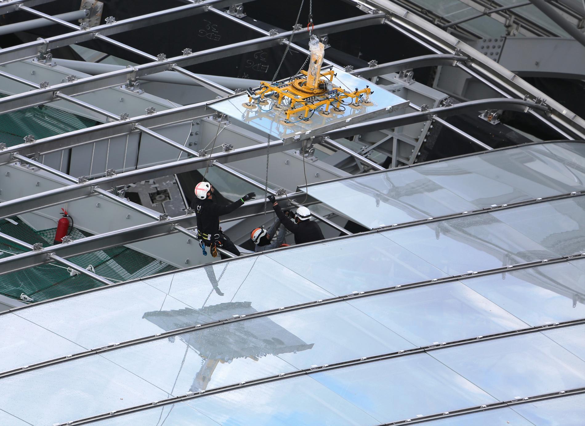 Pose d'un vitrage sur une des verrières de la Fondation Louis Vuitton