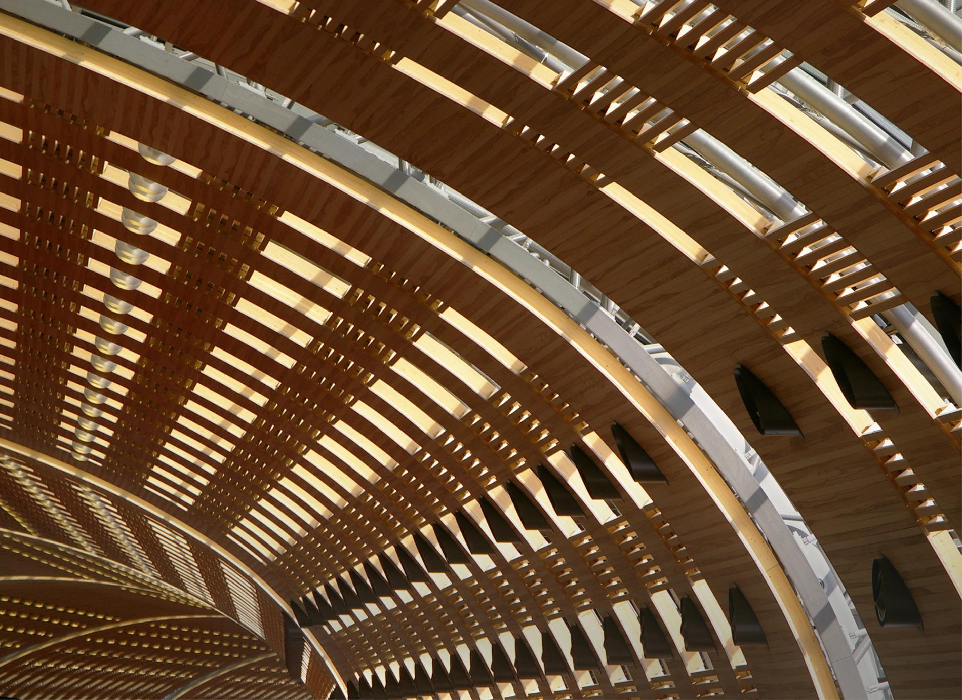 Vue d'ensemble de la voûte en habillage bois du Terminal 2E de l'aéroport de Paris-Charles de Gaulle