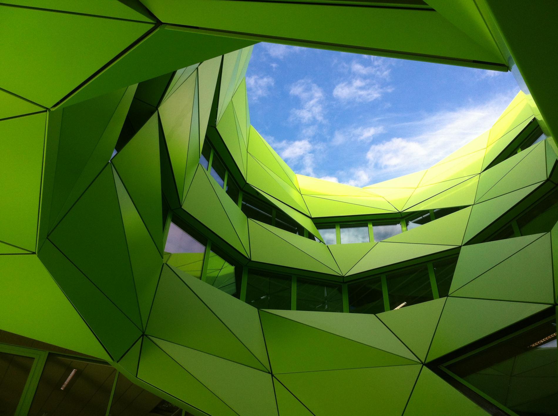 Le cône du siège d'Euronews à Lyon, montrant la géométrie de la vêture en aluminium